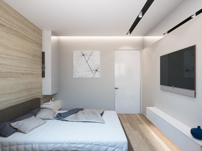 Современная уютная спальня с деревянной отделкой акцентной стены