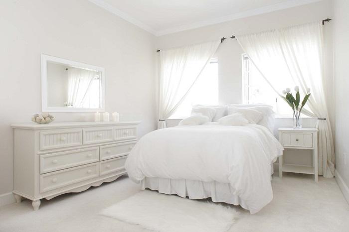 Спальня в бело-молочных тонах