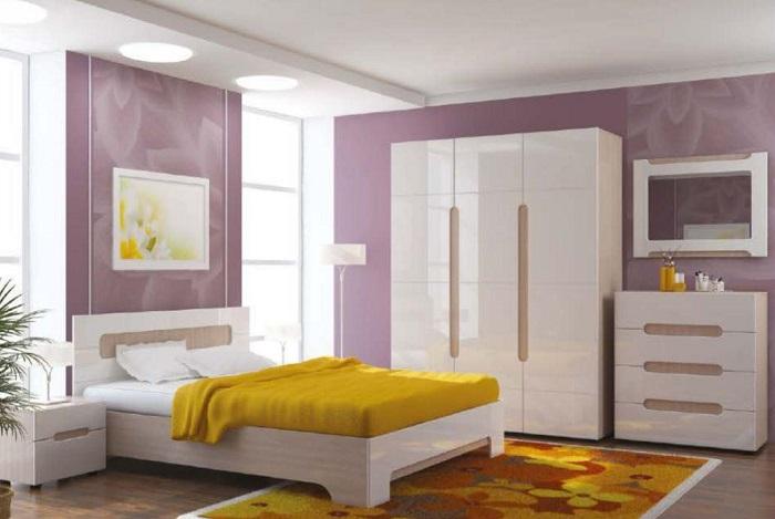 Светлая спальня в сиреневых и желтых тонах