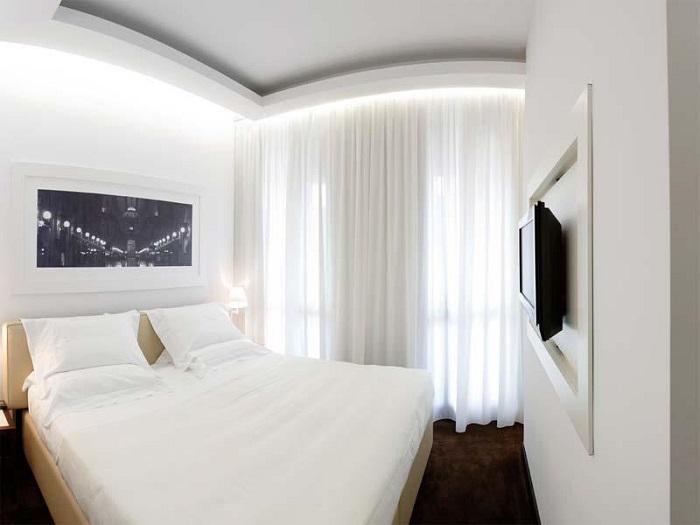 Уютная спальня в черно-белых оттенках