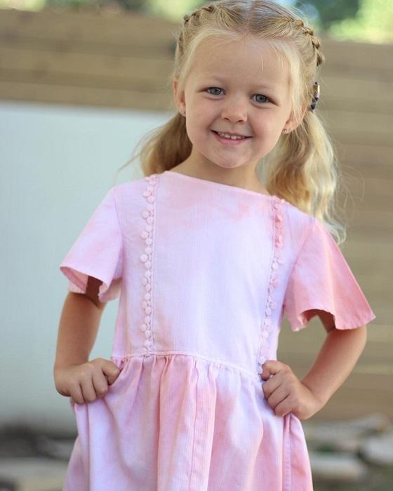 Дочь Стефани Миллер в одном из платьев, сшитом из старой рубашки