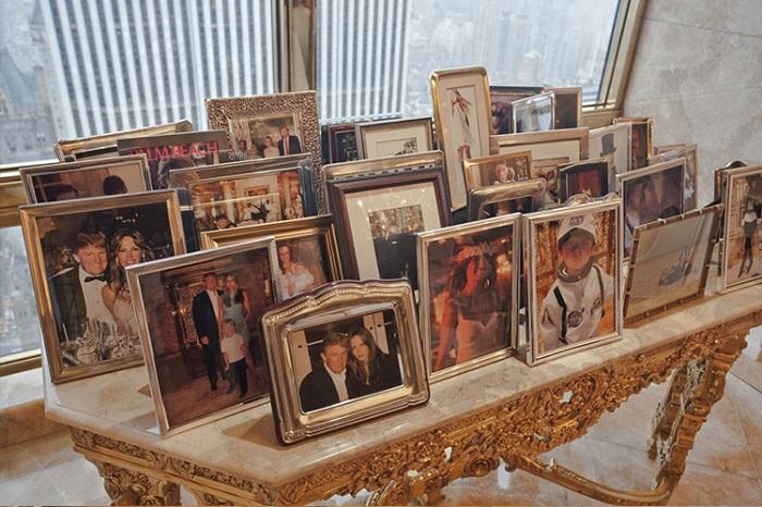 Стол с фотографиями родственников Трампа