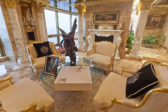 На диванных подушках вышит фамильный герб Трампов