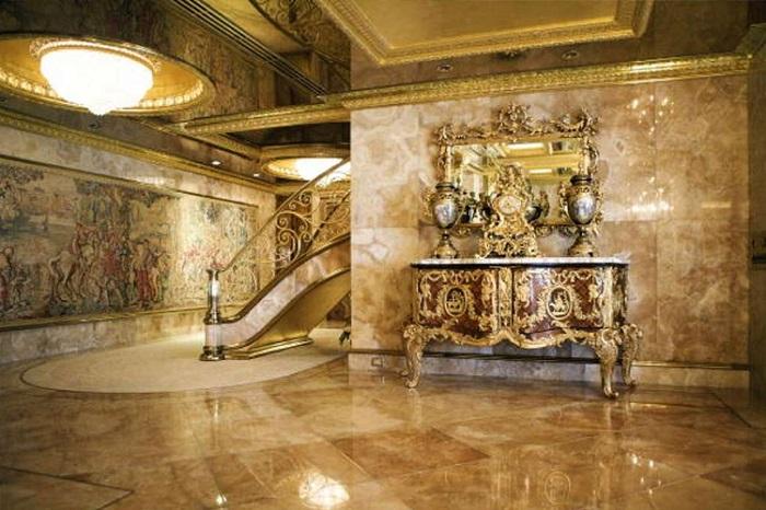 Пол, стены и потолок сделаны из мрамора