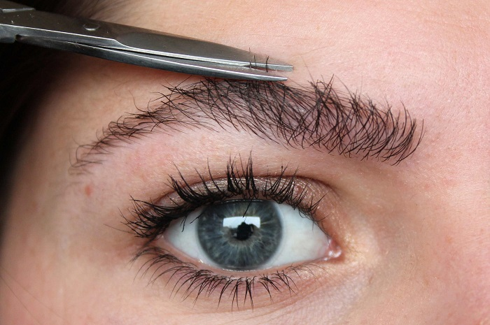Ножницы для подстригания бровей должны быть прямыми и острыми