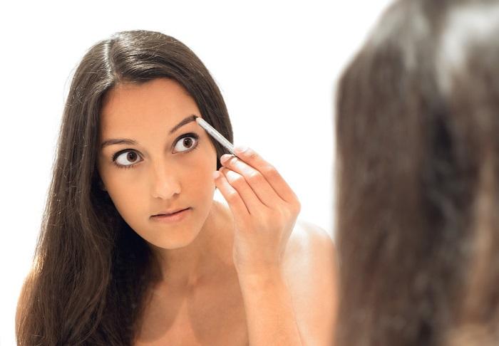 Красить брови нужно специальным средством, но не краской для волос