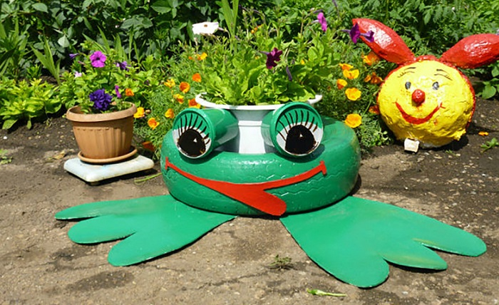 Цветник-лягушка из старых шин