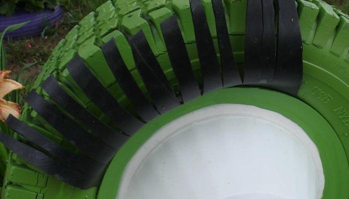 Внутрь шины нужно поставить тазик для цветов