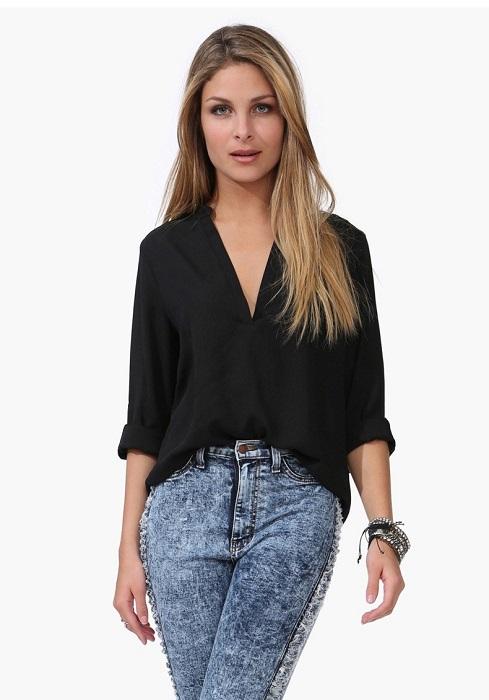 Блузка с V-образным вырезом вытягивает шею, делая ее изящнее