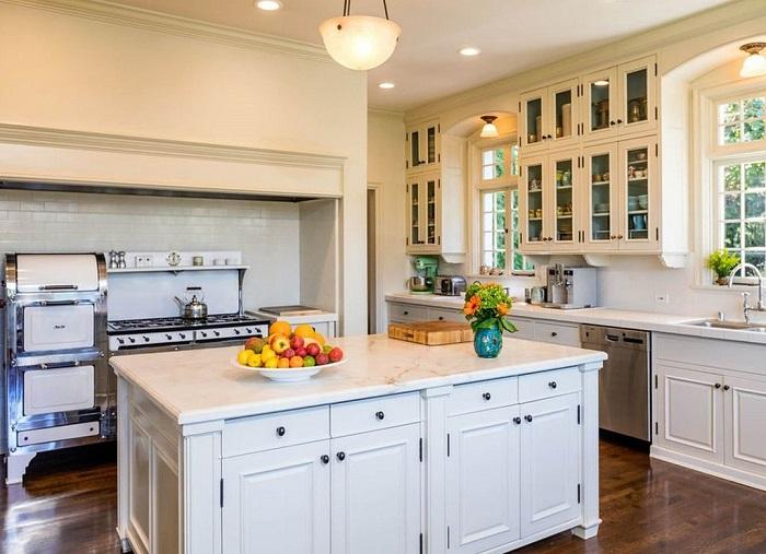 Кухня оформлена в светлых тонах