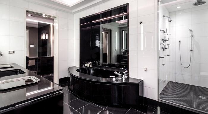 Одна из четырех ванных комнат