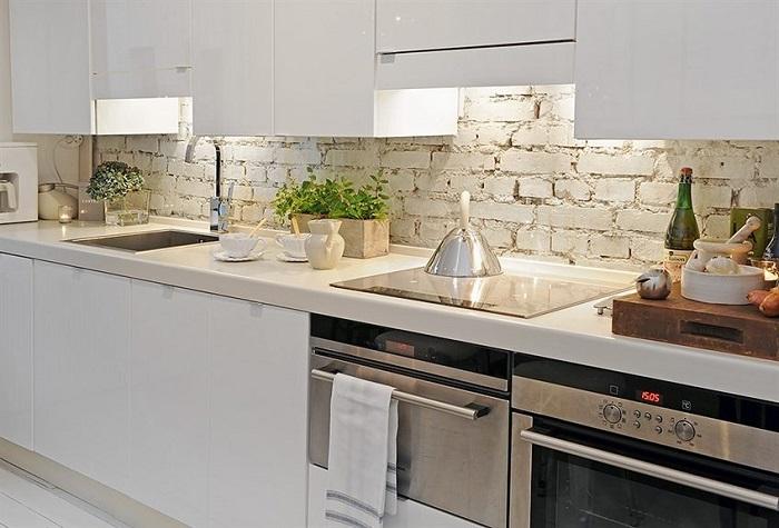 Нетронутый и необработанный кирпич тоже подойдет для оформления кухонного фартука