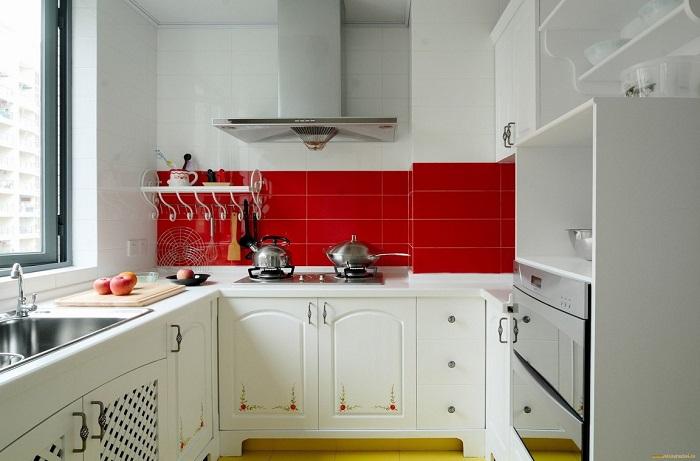 Яркая плитка – самый простой способ украсить кухню
