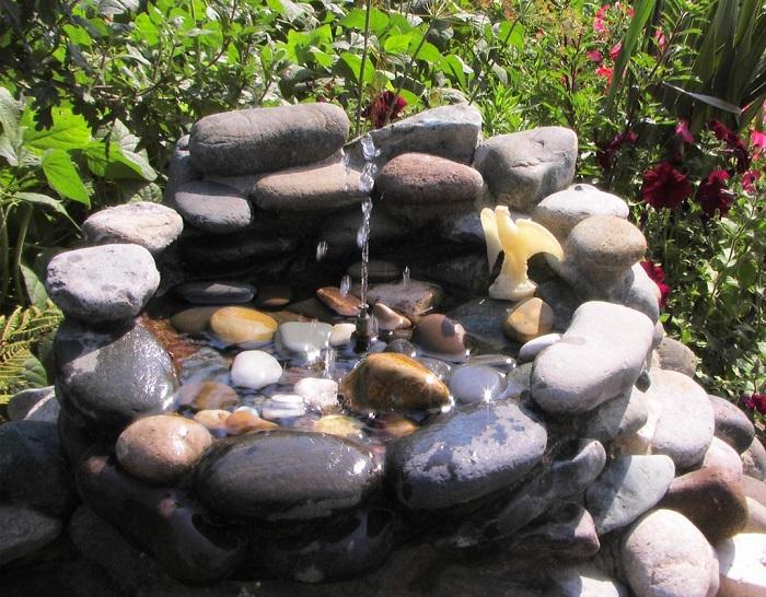 На дно ямы для фонтана нужно положить водонепроницаемую ткань