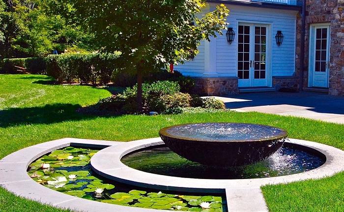 Декорирование камнями - лучшая идея для оформления фонтана