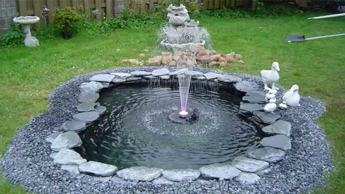 В начале работы нужно вырыть яму для будущего фонтана
