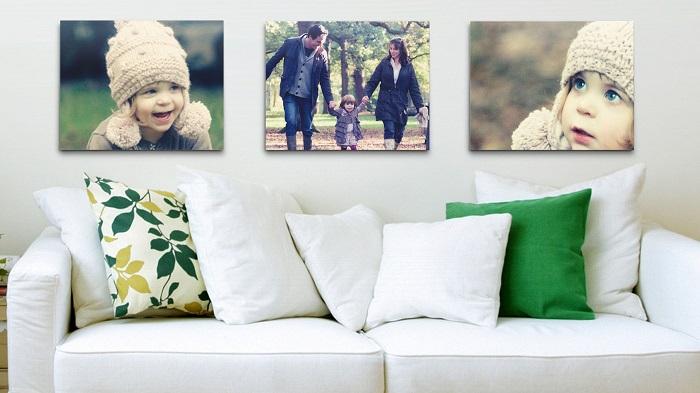 Три большие фотографии над диваном украсят вашу комнату