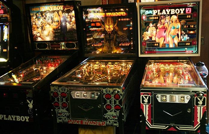 Также есть отдельная комната, где полно игровых автоматов