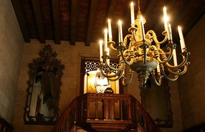 В особняке очень много дорогих элементов декора
