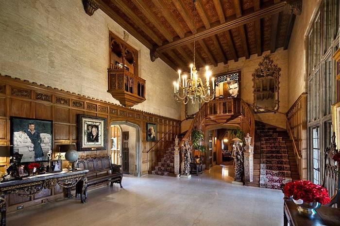 Особняк оформлен в готическом стиле