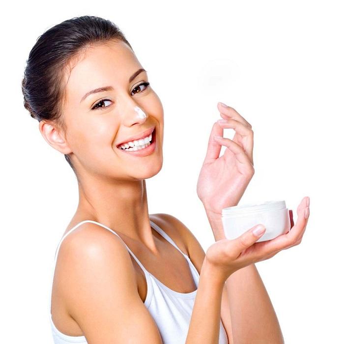 Крем для лица следует наносить круговыми движениями