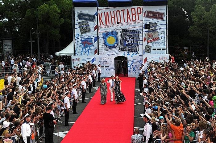 Лучшие образы знаменитостей на 28-й церемонии открытия кинофестиваля