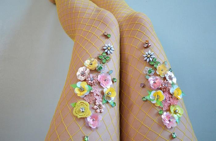 Колготки украшены цветами и бисером