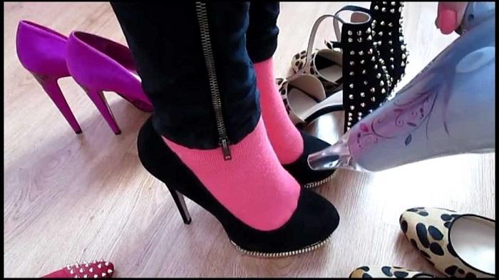 Разносить любимые туфли можно с помощью шерстяных носков и фена