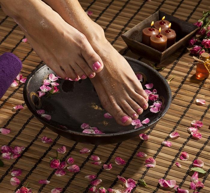 Чайная ванночка для ног успокоит и снимет отеки