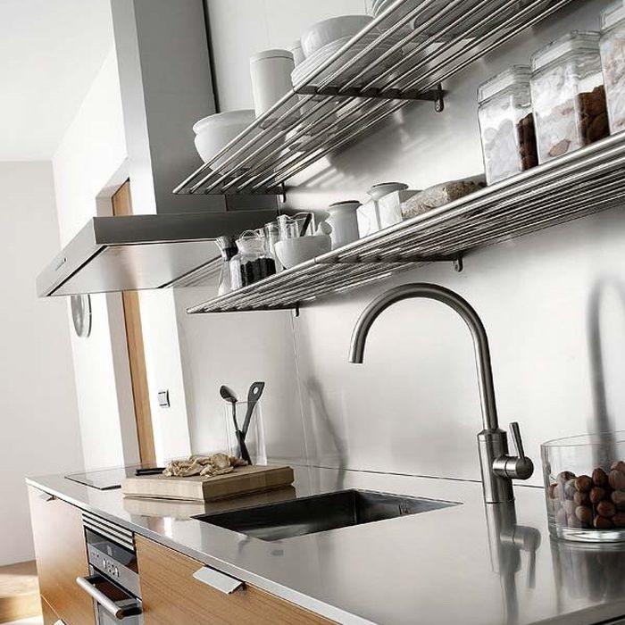 Стальные системы на стены - отличное место для хранения мелкой кухонной утвари