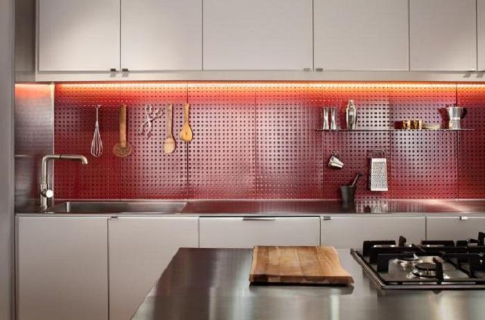 Стеновые панели на кухне - очень удобное место для хранения