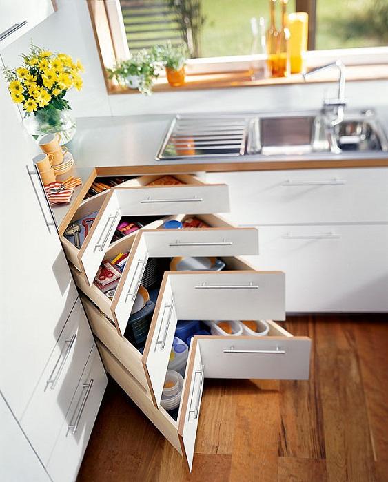 Угловые полки и ящики - еще одна идея для экономии места на кухне