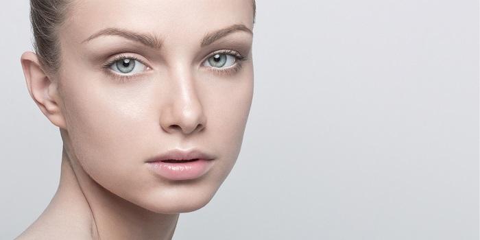 Завершающий этап для нюдового макияжа - легкие румяна