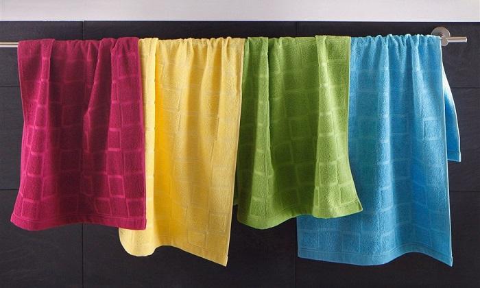 Полотенца разных цветов портят интерьер ванной.