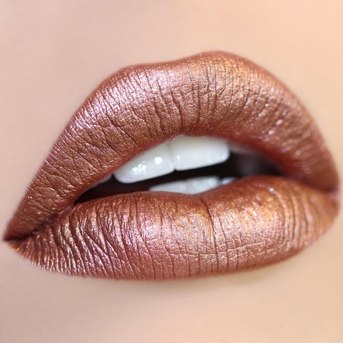 Эффекта металлических губ можно достичь с помощью специальных косметических средств