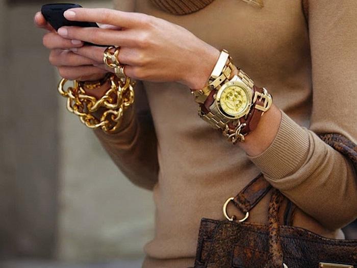 Мужские часы подчеркивают изящество женской руки