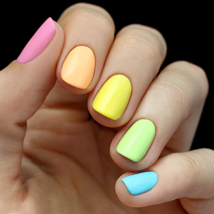 Мода на разноцветный маникюр резко упала