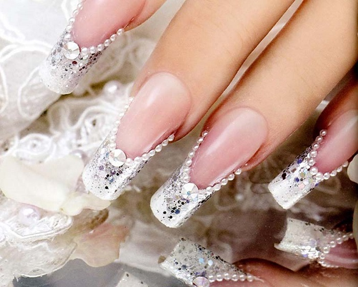 Стразов на ногтях не должно быть много