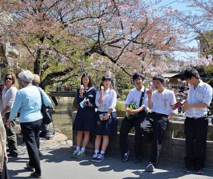 В японских школах детей учат любоваться природой