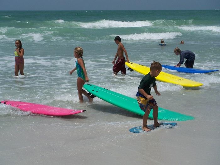 В австралийских школах детей учат кататься на серфинге