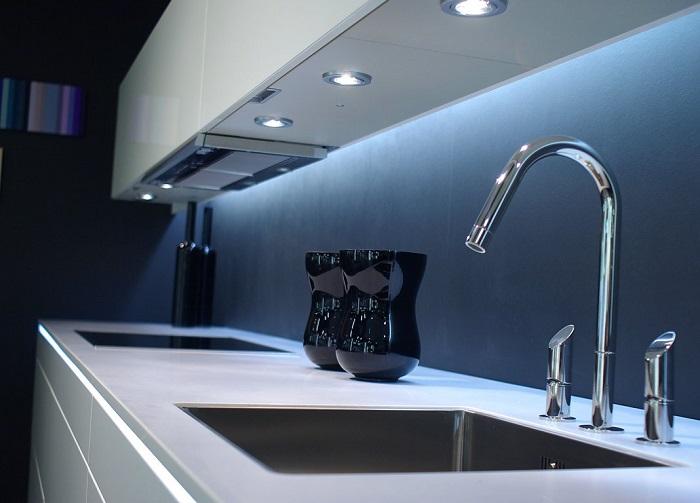 Кухонная рабочая поверхность должна быть хорошо освещена