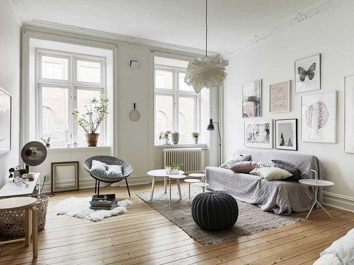 Отсутствие штор в гостиной создает впечатление незавершенности