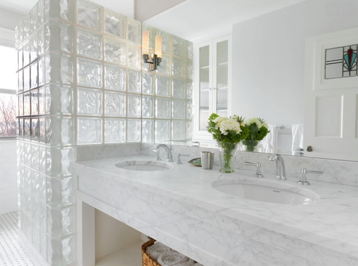 Сегодня стеклоблоки все чаще применяют в дизайне ванных комнат