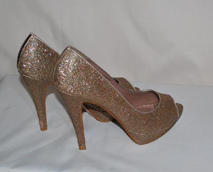 С помощью блесток можно сделать золотые туфельки