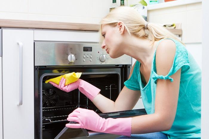 Жир в духовке поможет убрать сода