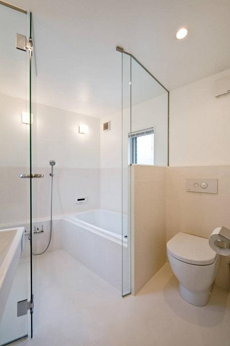 На первом этаже дома расположена ванная комната.