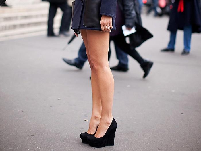 Обувь на танкетке превращает женские ножки в копыта