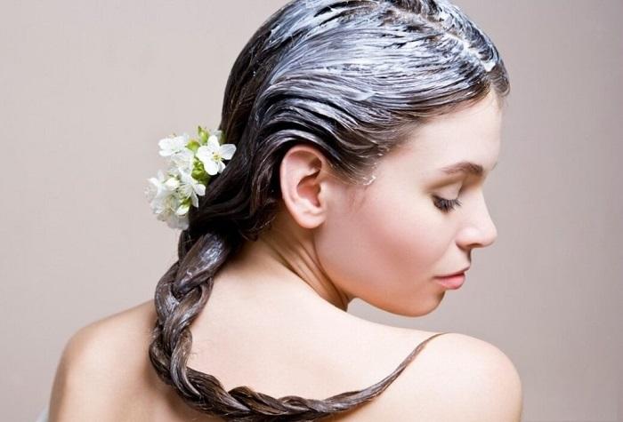 Очень важно увлажнять волосы летом
