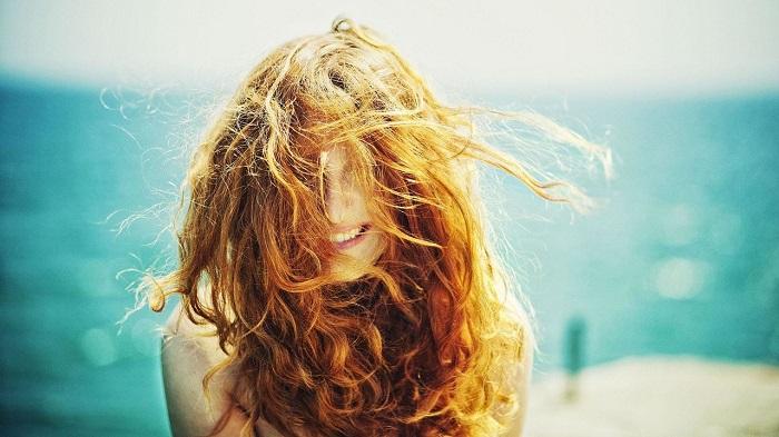 В идеале нужно наносить на влосы солнцезащитные средства