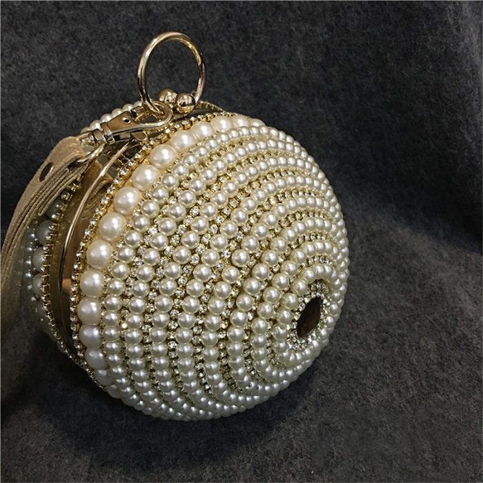 Сумочка, украшенная жемчугом